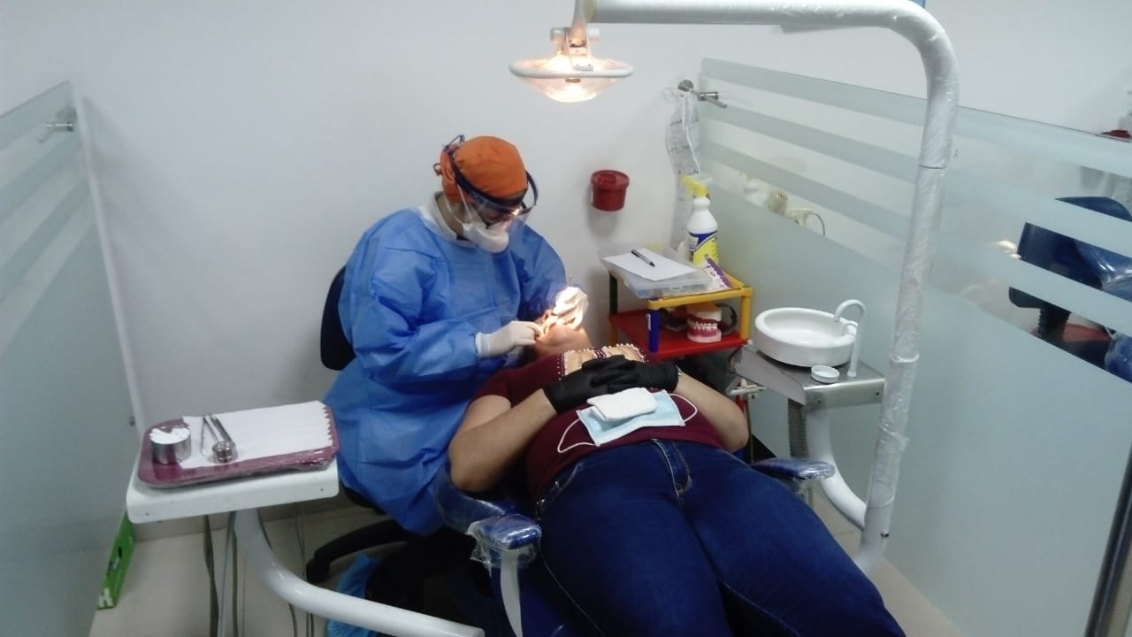 Médicos odontólogos atienen a pacientes con urgencias.